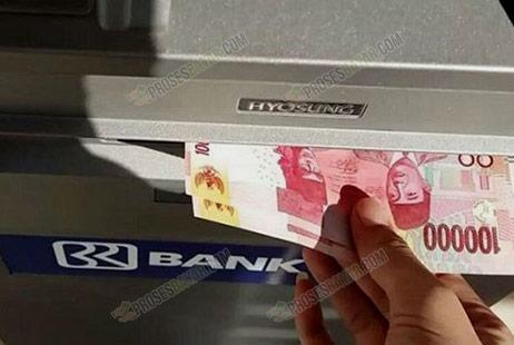 12 Ambil Uang dari Mesin ATM