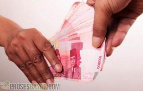 Berikan Uang Ke Petugas